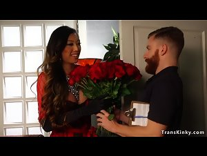 Tranny anal fucks flowers delivery man